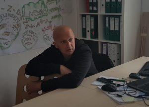 matjaž v pisarni