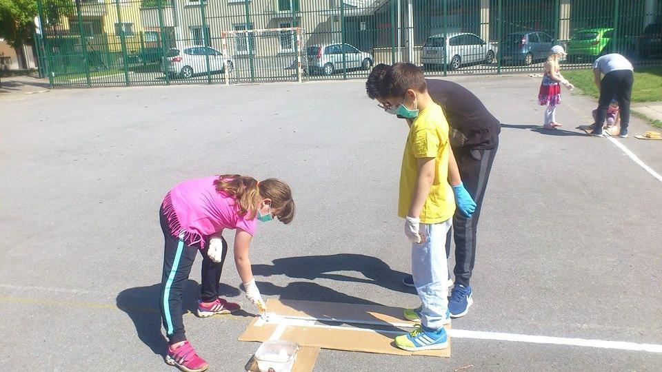 Črte smo barvali v trojkah - osmošlec je vodil prvošolca skozi proces