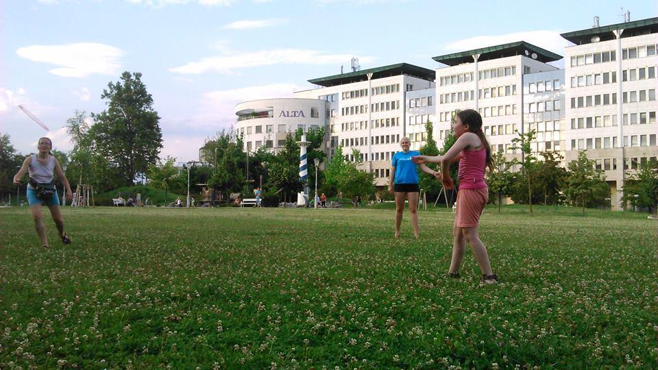 Zelenica v Severnem mestnem parku je kot nalašč za igranje s frizbijem