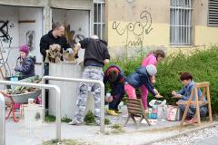 Urejanje betonske cevi - nekoč prostor za smeti je postal korito za jagode